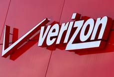 Verizon Communications a annoncé un chiffre d'affaires trimestriel en baisse de 6,7%, le premier opérateur télécoms mobile américain ayant recruté moins d'abonnés que prévu. /Photo prise le 21 avril 2016/REUTERS/Mike Blake