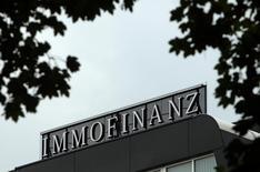 Логотип Immofinanz на крыше штаб-квартиры компании в Вене. 13 августа 2010 года. Австрийская девелоперская компания Immofinanz, скорее всего, в начале следующего года решит, как избавиться от принадлежащих ей пяти крупных торгово-развлекательных центров в Москве, которые вызвали интерес у целого ряда потенциальных покупателей, сказал гендиректор Immofinanz Оливер Шуми в четверг. REUTERS/Heinz-Peter Bader/File Photo