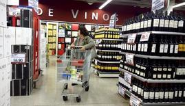 Una mujer realizando compras al interior de un supermercado en Buenos Aires, jun 19, 2015. La actividad económica de Argentina habría retrocedido en promedio un 2,1 por ciento interanual en agosto, con lo que acumularía cinco meses en terreno negativo, afectada principalmente por la merma en el consumo, según un sondeo de Reuters publicado el jueves.  REUTERS/Enrique Marcarian