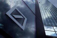 El logo del Deutsche Bank en la sede de la compañía en Fráncfort, Alemania. 9 de junio de 2015. Las acciones de Deutsche Bank saltaron hasta un 4 por ciento el jueves luego de un reporte de la revista alemana Manager Magazin que indicó que fondos soberanos de Qatar y Abu Dabi, junto con un inversor chino, podrían comprar una participación de 25 por ciento en el prestamista germano. REUTERS/Ralph Orlowski/File Photo