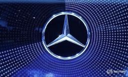 Логотип Mercedes Benz на выставке IAA Ганновере 22 сентября 2016 года. Операционная прибыль Daimler в третьем квартале выросла на 23 процента, поскольку прибыль от продаж пассажирских автомобилей компенсировала падение спроса на грузовики, благодаря чему группа смогла подтвердить годовой прогноз роста прибыли.  REUTERS/Fabian Bimmer