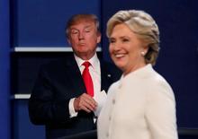Trump e Hillary Clinton durante debate em Las Vegas. 19/10/2016.      REUTERS/Mike Blake