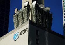 AT&T a conclu un accord de principe pour le rachat de Time Warner pour environ 85 milliards de dollars (78 milliards d'euros), ce qui permettrait à l'opérateur télécoms de contrôler les chaînes de télévision HBO et CNN et le studio de cinéma Warner Bros.  /Photo d'archives /REUTERS/Mike Blake