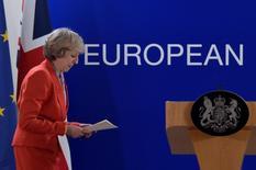 Reino Unido podría recortar su tipo del impuesto de sociedades a un 10 por ciento desde el 20 por ciento actual si la Unión Europea se niega a aceptar un acuerdo de libre comercio post-Brexit o bloquea el acceso a su mercado a empresas de servicios financieros con sede en Reino Unido, dijo el Sunday Times citando una fuente no identificada. En la imagen, la primera ministra británica,  Theresa May, se dispone a ofrecer una rueda de prensa tras la cumbre de la UE en Bruselas el 21 de octubre de 2016. REUTERS/Eric Vidal