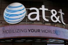 La anunciada compra de Time Warner Inc por parte de AT&T Inc valuada en 85.000 millones de dólares generó escepticismo el domingo en filas demócratas y republicanas, lo que vuelve más probable que los reguladores analicen detenidamente el intento de crear un nuevo gigante de las telecomunicaciones y los medios. En la imagen, una tienda de AT&T en Nueva York, EEUU, el 29 de octubre de 2014.    REUTERS/Shannon Stapleton/File Photo