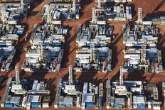 Буровые установки в Дикинсоне, Северная Дакота 26 июня 2015 года. Число буровых установок в США не сокращается семнадцатую неделю подряд и на прошлой неделе увеличилось максимально за два месяца, аналитики при этом прогнозируют их дальнейший рост при ценах на нефть выше $50 за баррель.     REUTERS/Andrew Cullen