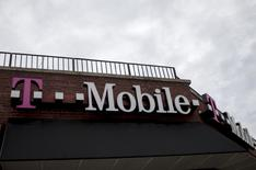 Магазин T-Mobile в Нью-Йорке 4 июня 2015 года. Оператор сотовой связи T-Mobile US Inc отчитался о превзошедшей ожидания прибыли и повысил годовой прогноз роста числа абонентов, поскольку большие скидки помогли привлечь пользователей. REUTERS/Brendan McDermid