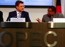 El ministro de Petróleo de Rusia, Alexander Novak (izq.), junto al Secretario General de la OPEP, Mohammed Barkindo, durante una conferencia de prensa en Vienna, Austria. 24 de octubre de 2016. Los ministros de Energía de Rusia y Qatar discutieron con el secretario general de la OPEP posibles acciones conjuntas para estabilizar el mercado petrolero, dijo el ministro de Energía ruso, Alexander Novak, antes de la reunión del cártel en noviembre que busca cimentar un acuerdo alcanzado en Argelia. REUTERS/Leonhard Foeger