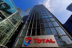Petrobras et Total ont annoncé la signature lundi d'une alliance stratégique qui couvre des activités pétrolières et gazières au Brésil, ainsi que des opportunités à l'international. /Photo d'archives/REUTERS/Jacky Naegelen