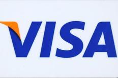 Visa Inc, el mayor operador mundial de red de pagos, registró el lunes beneficios e ingresos trimestrales mejores de lo esperado debido a la inclusión de los resultados de Visa Europe y a que los usuarios gastaron más utilizando sus medios. En la imagen, el logo de Visa en Los Ángeles, California, EEUU, el 25 de abril de 2016.  REUTERS/Lucy Nicholson