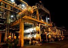 НПЗ нефтегазовой группы MOL в  городе Сазхаломбатта, Венгрия. Цены на нефть снизились во вторник из-за разногласий внутри картеля ОПЕК о том, на сколько каждому участнику следует сокращать объёмы добычи нефти в рамках плана стимулирования цен. REUTERS/Laszlo Balogh/File Photo