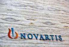 """Le groupe pharmaceutique suisse Novartis a annoncé mardi un bénéfice net """"core"""" en repli de 4% au titre du troisième trimestre, les ventes de son anti-cancéreux Gleevec ayant continué de baisser après l'expiration de son brevet. Le résultat est ressorti à 2,938 milliards de dollars (2,7 milliards d'euros) sur un chiffre d'affaires en baisse de 1% à 12,9 milliards. /Photo d'archives/REUTERS/Vivek Prakash"""