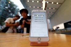 Foto de archivo del nuevo iPhone 7 Plus de Apple en una tienda en Tokio. Sep 16, 2016. Apple Inc reportó un tercer trimestre consecutivo de caídas en las ventas de iPhone, pero superó las metas de Wall Street para su producto insignia y proyectó ingresos mayores a los esperados en la crucial temporada navideña. REUTERS/Issei Kato/File Photo