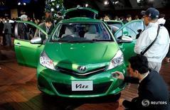 Toyota Vitz на презентации в Иокогаме 22 декабря 2010 года. Toyota Motor Corp в среду сообщила, что отзывает примерно 5,8 миллиона автомобилей в Японии и за рубежом из-за возможной неисправности нагнетательных насосов подушек безопасности, произведённых Takata Corp. REUTERS/Toru Hanai/File Photo