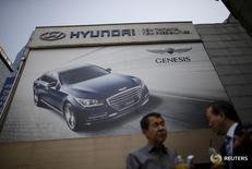 Мужчины у дилерского центра Hyundai Motor в Сеуле 25 апреля 2016 года. Квартальная чистая прибыль Hyundai Motor Co снизилась 11-й квартал подряд, не оправдав прогнозов, поскольку продолжительная забастовка и худший период продаж за четыре года негативно сказались на показателях южнокорейского автопроизводителя. REUTERS/Kim Hong-Ji/File Photo