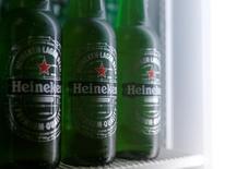 Heineken, désormais le deuxième brasseur mondial, a annoncé mercredi avoir vendu davantage de bière que prévu au troisième trimestre, et confirme sa prévision de marge bénéficiaire pour l'année. /Photo prise le 18 octobre 2016/REUTERS/Heinz-Peter Bader