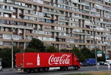 Грузовик Coca-Cola на окраине Москвы 6 августа 2014 года.  Coca-Cola Co отчиталась о более высокой, чем ожидалось, квартальной выручке, за счёт роста цен на газированные напитки и хорошего спроса на воду и спортивные напитки в Северной Америке. REUTERS/Maxim Shemetov/File Photo