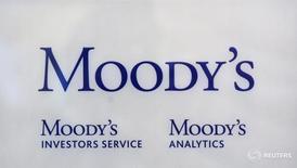Логотип Moody's Investor Services к офиса агентства в Париже 24 октября 2011 года. Дефицит бюджета России может достичь 4,7 процента ВВП в текущем году, если Москве не удастся провести приватизацию Роснефти, сказала старший вице-президент рейтингового агентства Moody's Investor Service в четверг. REUTERS/Philippe Wojazer