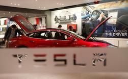 Tesla Motors à suivre jeudi à Wall Street. Le constructeur automobile a annoncé mercredi son premier bénéfice net trimestriel depuis plus de trois ans, un nombre de livraisons record ayant largement compensé les dépenses engagées en vue du lancement l'an prochain de la Model 3. L'action Tesla gagnait 6,2% en après-Bourse. / Photo d'archives/REUTERS/Kim Kyung-Hoon