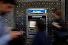 Banco Sabadell anunció el viernes un incremento del 11,6 por ciento interanual en su beneficio atribuido de los nueve primeros meses del año, al continuar el impacto positivo de la adquisición el año pasado del británico TSB y por menores provisiones. En la imagen de archivo, un cajero de Sabadell en una sucursal de Madrid,. REUTERS/Susana Vera