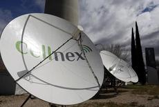 El grupo de telecomunicaciones terrestres Cellnex confía en seguir progresando en el aumento de los márgenes de su negocio a perímetro constante tras cerrar el tercer trimestre en niveles del 40 por ciento. En la imagen, antenas de telecomunicaciones de Cellnex en Madrid, 10 de marzo de 2016. REUTERS/Sergio Pérez