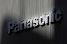 Panasonic a réduit lundi sa prévision de bénéfice annuel pour tenir compte de la vigueur du yen, du ralentissement de ses ventes de smartphones et de composants pour ordinateurs personnels et de la dégradation de la demande de systèmes photovoltaïques. /Photo d'archives/REUTERS/Kim Kyung-Hoon