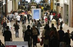 La consommation des ménages américaine a augmenté plus qu'attendu en septembre et l'inflation a poursuivi sa remontée. Le département du Commerce a fait état lundi d'une hausse de 0,5% de la consommation le mois dernier, après une baisse de 0,1% en données révisées en août. /Photo d'archives/REUTERS/Fred Prouser
