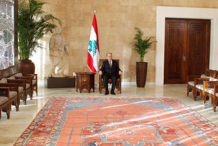 Il neo-eletto presidente libanese Michel Aoun siede sulla sedia del presidente all'interno del palazzo presidenziale di Baabda, nei pressi di Beirut, 31 ottobre 2016. Credits to: Aziz Taher/Reuters.