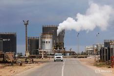 НПЗ в Эз-Завие к западу от Триполи 18 декабря 2013 года. В октябре добыча ОПЕК может достигнуть рекордного уровня благодарячастичному восстановлению добычи в Нигерии и Ливии и росту экспорта из Ирака, показало исследование Рейтер. REUTERS/Ismail Zitouny/File Photo