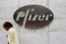 Pfizer a publié mardi un résultat net trimestriel un peu inférieur aux attentes et a annoncé l'abandon du développement d'un anti-cholestérol, qui amputera de quatre cents son bénéfice par action (BPA) annuel. /Photo prise le 1 août 2016/REUTERS/Andrew Kelly
