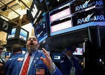 Трейдеры на Уолл-стрит. Акции США практически неподвижны в начале торгов вторника, день спустя после того, как все три основных индекса показали худший месячный результат с января. REUTERS/Brendan McDermid