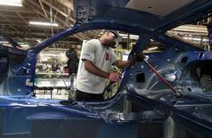 La actividad fabril en Estados Unidos subió por segundo mes consecutivo en octubre por un repunte de la producción y las contrataciones, lo que respalda la opinión de que las manufacturas recuperarán cierto impulso en el cuarto trimestre. En la imagen de archivo, se ve a un trabajador de Ford en una cadena de montaje de automóviles en Flat Rock, Michigan, el 20 de agosto de 2015. REUTERS/Rebecca Cook