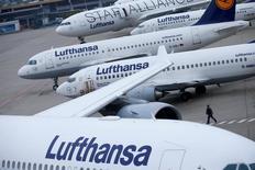 Самолеты Lufthansa в аэропотру Франкфурта-на-Майне. Авиакомпания Lufthansa сообщила о грядущем замедлении роста в четвёртом квартале в попытке противостоять давлению на цены билетов, что не мешает перевозчику с уверенностью смотреть на 2017 год.  REUTERS/Ralph Orlowski/File Photo