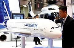 Посетитель смотрит на модель Airbus's A380 на авиакосмической выставке в Японии. Airbus рассчитывает продать порядка 670 самолетов в текущем году, что соответствует заявленному ранее объему поставок, сообщил Марк Пирмэн-Райт, глава подразделения, занимающегося продвижением лизинговых услуг и привлечением инвестиций.  REUTERS/Kim Kyung-Hoon/File Photo