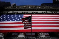 La Bourse de New York a ouvert mercredi en légère baisse, pénalisée par les incertitudes entourant l'élection présidentielle américaine du 8 novembre. Le Dow Jones perd 51,81 points dans les premiers échanges, soit 0,29%. Les investisseurs, qui parient depuis longtemps sur une victoire de Hillary Clinton, s'inquiètent de sondages indiquant que Donald Trump réduit l'écart à l'approche du scrutin. /Photo prise le 1 juin 2016/REUTERS/Lucas Jackson