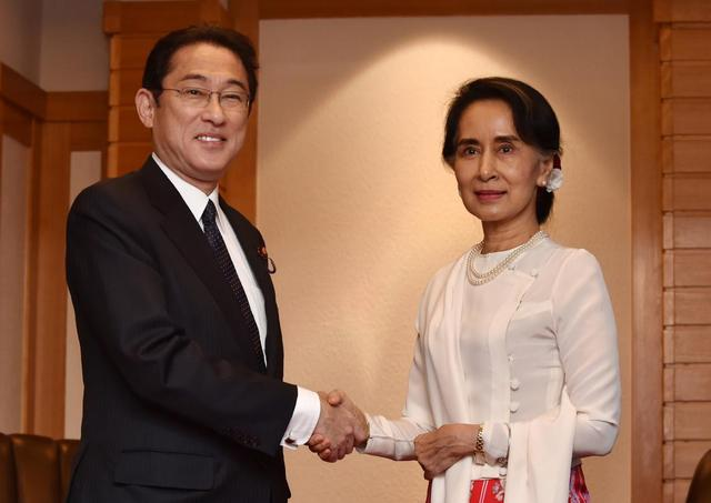 Myanmar State Counselor Aung San Suu Kyi (R) shakes hands with Japan's Foreign Minister Fumio Kishida prior to their talks at a hotel in Tokyo on November 3, 2016.  REUTERS/Kazuhiro Nogi/Pool