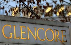 Glencore a resserré jeudi sa prévision de bénéfice d'exploitation et abaissé son objectif de production pétrolière, expliquant préférer attendre la remontée des cours. /Photo d'archives/REUTERS/Arnd Wiegmann