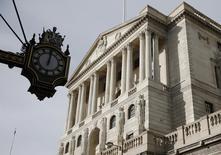 Здание Банка Англии в Лондоне. Банк Англии отказался от планов сокращения ключевой ставки и заявил, что может сделать шаг в любом направлении, поскольку повысил прогнозы инфляции на 2017 год после падения фунта, вызванного голосованием за Brexit. REUTERS/Peter Nicholls