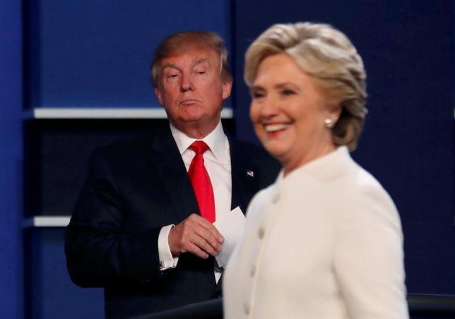 11月3日、ロイター/イプソスが公表した米大統領選に関する世論調査で、8日の投票で激戦州となることが予想されているミシガン、オハイオ、ペンシルバニアの3州では通商問題をめぐり、民主党候補ヒラリー・クリントン氏の支持が共和党候補ドナルド・トランプ氏をリードしていることが明らかになった。写真は10月19日、ラスベガスで開かれた討論会で(2016年 ロイター/Mike Blake)
