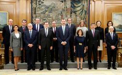El flamante presidente del Gobierno, Mariano Rajoy, desveló el jueves el nombre de los 8 hombres y 5 mujeres que le acompañarán en una nueva legislatura en la que deberá buscar el consenso  con un marcado acento en la economía. En la imagen, Rajoy posa con sus ministros en el Palacio de la Zarzuela el 4 de noviembre de 2016.  REUTERS/Angel Diaz/Pool
