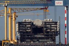 Quatre offres, dont deux européennes, ont été déposées vendredi auprès d'un tribunal de Séoul pour le rachat de tout ou partie du groupe sud-coréen STX, propriétaire à 66% des chantiers navals français de Saint-Nazaire (photo).  /Photo prise le 20 octobre 2016/REUTERS/Stéphane Mahé