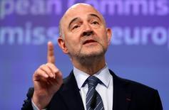 Le déficit public de la France devrait être sous le seuil de 3% du PIB en 2017 mais l'important c'est qu'il y reste durablement, a déclaré lundi le commissaire européen aux Affaires économiques et monétaires, Pierre Moscovici, sur France Info. /Photo d'archives/REUTERS/Francois Lenoir
