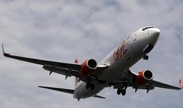Avión de la brasileña Gol visto visto en el aeropuerto de Santos Dumont, Rio de Janeiro. 1 de Julio 2015. La aerolínea brasileña Gol Linhas Aereas reportó el lunes una ganancia neta de 65,9 millones de reales (20,4 millones de dólares) correspondiente al tercer trimestre, que se compara con una pérdida neta de 2,1 millones de reales un año antes. REUTERS/Sergio Moraes