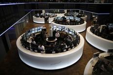 Les Bourses européennes affichent leurs plus fortes hausses depuis plusieurs semaines lundi à mi-séance. Vers 12h00 GMT, le CAC 40 gagne 1,74%, le Dax prend 1,64% et le FTSE avance de 1,48%. /Photo d'archives/REUTERS/Lisi Niesner