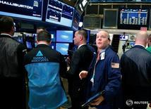 Трейдеры на Нью-Йоркской фондовой бирже 7 ноября 2016 года. Американский фондовый рынок закрылся ростом в понедельник накануне выборов президента, поскольку инвесторы считают возросшими шансы на победу Хиллари Клинтон после того, как ФБР объявило, что не видит повода для уголовного дела из-за использования ею частного почтового сервера в бытность госслужащей. REUTERS/Brendan McDermid