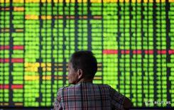 Инвестор в брокерской конторе в Ханчжоу 12 сентября 2016. Китайский фондовый рынок вырос до максимумуа 10 месяцев благодаря ралли на Уолл-стрит накануне, вызванному укреплением надежд рынков на победу Хиллари Клинтон на президентских выборах в США. China Daily/via REUTERS