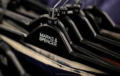Marks & Spencer a annoncé mardi la fermeture prochaine d'une trentaine de magasins au Royaume-Uni et de 53 à l'étranger, dont ses sept magasins détenus en propre en France, dans le cadre d'une réorganisation qui vise à mettre l'accent sur l'alimentation au détriment de l'habillement et des articles pour la maison. /Photo d'archives/REUTERS/Suzanne Plunkett