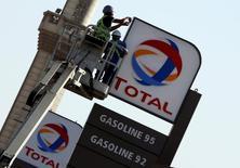 Рабочие монтируют логотип на заправке Total в Каире 13 октября 2016 года.  Французский нефтегазовый концерн Total во вторник подтвердил подписание предварительного соглашения с Ираном, предполагающего разработку 11-й фазы газового месторождения Южный Парс совместно с Национальной иранской нефтяной компанией (NIOC).  REUTERS/Amr Abdallah Dalsh
