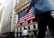La Bourse de New York a fini en hausse de 0,39% mardi, jour d'élection présidentielle aux Etats-Unis. L'indice Dow Jones a gagné 72,04 points à 18.331,64 alors que les marchés misent prudemment sur une victoire de la candidate démocrate Hillary Clinton, perçue comme un gage de clarté et de stabilité par les marchés financiers par rapport à son rival républicain Donald Trump. /Photo d'archives/REUTERS/Brendan McDermid