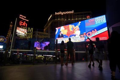 写真で見る米大統領選:ラスベガスの大型スクリーンにも開票速報